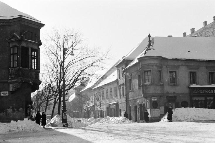 Szentháromság utca és tér sarok a tér felől nézve.