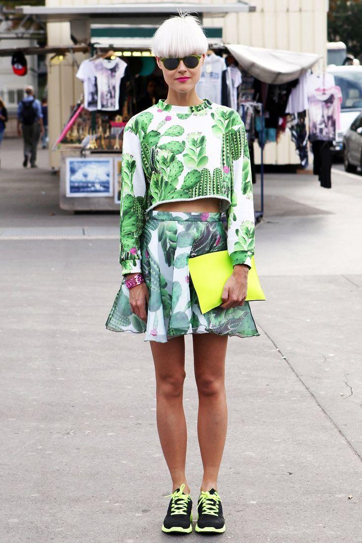 Топ и юбка с кактусами, металлизированный браслет и неоновые кроссовки — по отдельности звучит избито, но вместе выглядит свежо. Изображение...