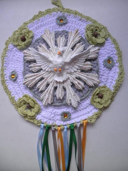 Espírito Santo, base em crochê com flozinha também em crochê e fitas de cetim. O Espírito Santo e feito de resina e é pintado a mão. È uma linda peça de decoração, além de ser um amuleto de proteção.  Pronta entrega. R$65,00