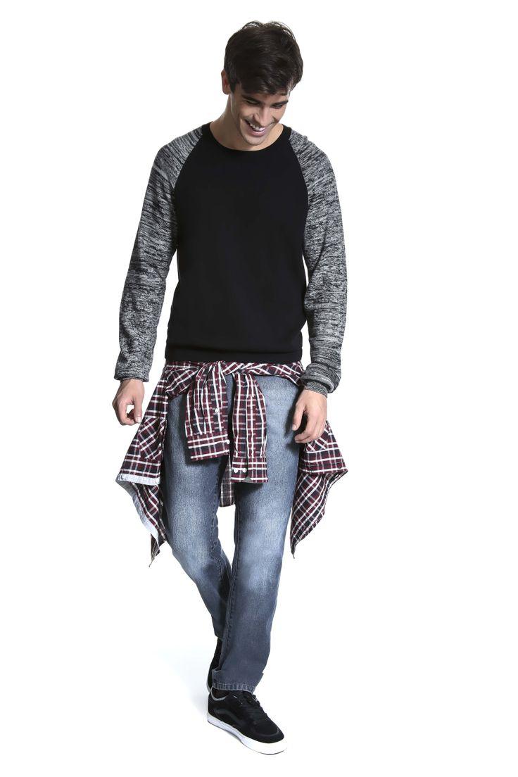 Tricô bicolor college preto e cinza mescla, calça jeans e camisa xadrez amarrada no quadril pra deixar a produção bem urbana.