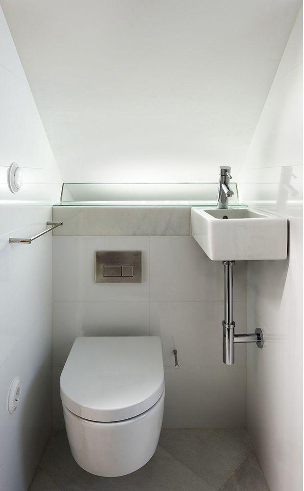 este bao ha sido creado en el hueco bajo una escalera por costa fierros arquitectos