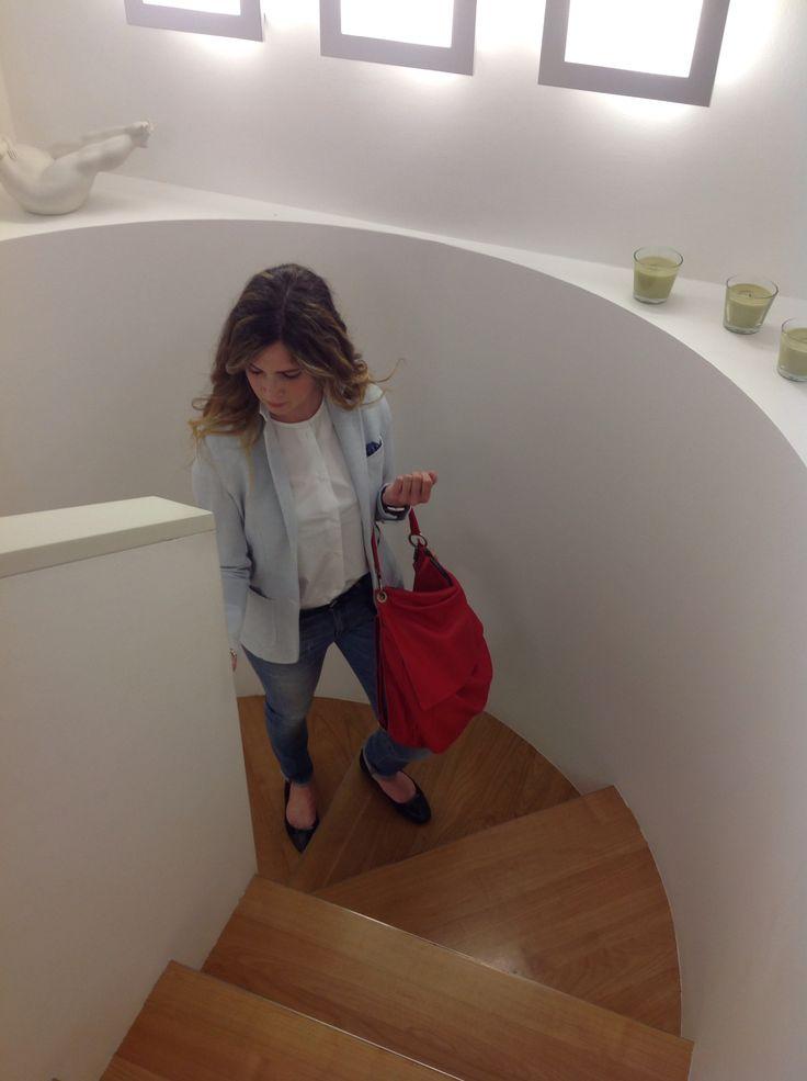 Un outfit giovane fine e pratico che sta bene a tutte! #Giacca in #felpa di #cotone elasticizzato di #Circolo1901. #Camicetta in cotone a mezzamanica di #Aspesi. #Jeans #CareLabel. #Borsa in pelle rossa #MartaRay.