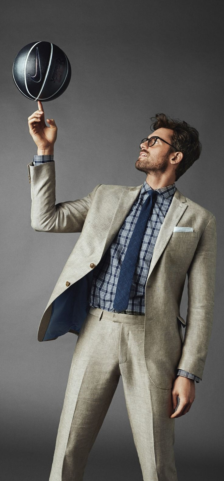 Elevate your style with our luxe linen suit. Pair this summer friendly suit with a blue hues for a polished wear anywhere look, like basketball player Kevin Love | Banana Republic