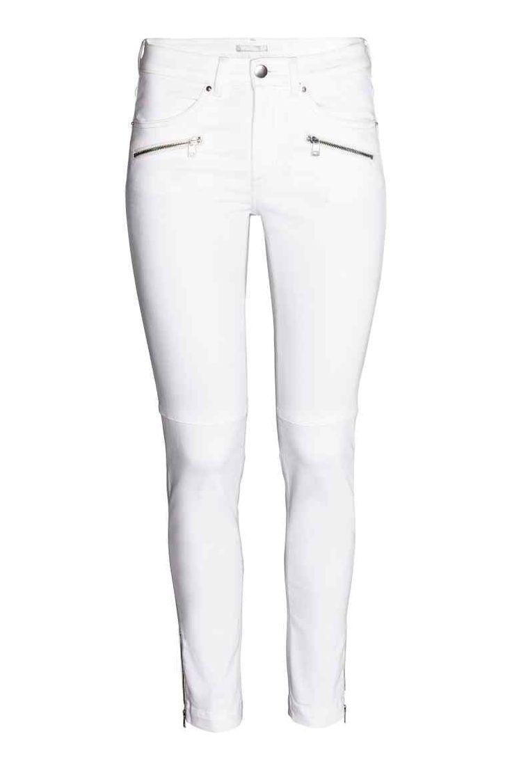 Skinny Low Ankle Jeans: CONSCIOUS. Enkellange jeans van elastisch, gewassen denim met een lage taille en extra smalle pijpen. De jeans heeft decoratieve ritsen vooraan, zakken aan de voor- en achterkant en een rits onder aan de pijpen. Het aandeel katoen in deze jeans is biologisch.