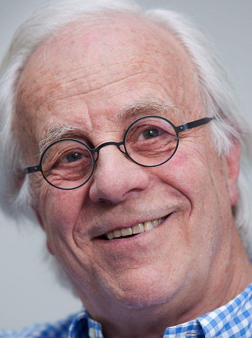 Bram van der Vlugt 28-05-1934 Nederlands acteur.  Hij volgde zijn toneelopleiding aan de Toneelschool te Amsterdam. Hierna speelde hij zeven jaren bij Toneelgroep Studio. De moeder van Van der Vlugt had een Joodse moeder. Tijdens de Tweede Wereldoorlog werd zij door de nazi's naar Auschwitz gedeporteerd en verloor daar het leven. Omdat zijn vader niet-Joods was, werden Van der Vlugt en zijn broertje met rust gelaten.   https://youtu.be/lqfQUqs_02A