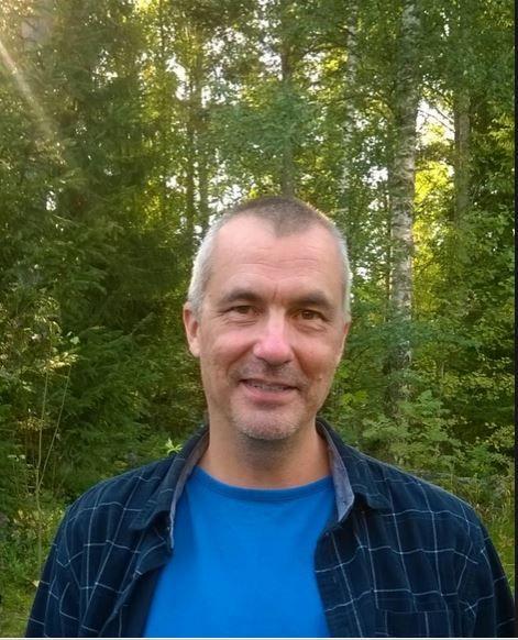 Olen töissä Vaasan aikuiskoulutuskeskuksessa. Viimeiset kaksi vuotta olen ollut maahanmuuttajien opettaja. Olen opettanut suomen kieltä, yhteiskuntaa ja kulttuuria, ohjannut työharjoitteluja, neuvonut ammatinvalinta-asioissa ja auttanut työ- tai opiskelupaikan löytämisessä. Sanalla sanoen työni on auttaa Suomeen muuttaneita ulkomaalaisia kotoutumaan tänne ja tulemaan hyödyllisiksi kansalaisiksi ja veronmaksajiksi.
