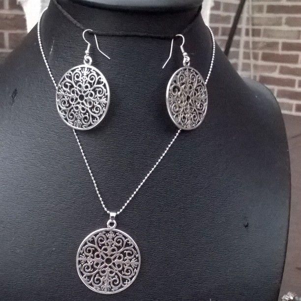 Ik maak allerlei #handgemaakte #sieraden, #halskettingen, #armbanden, #ringen, #oorbellen  met verschillende soorten materialen. Alles is te koop