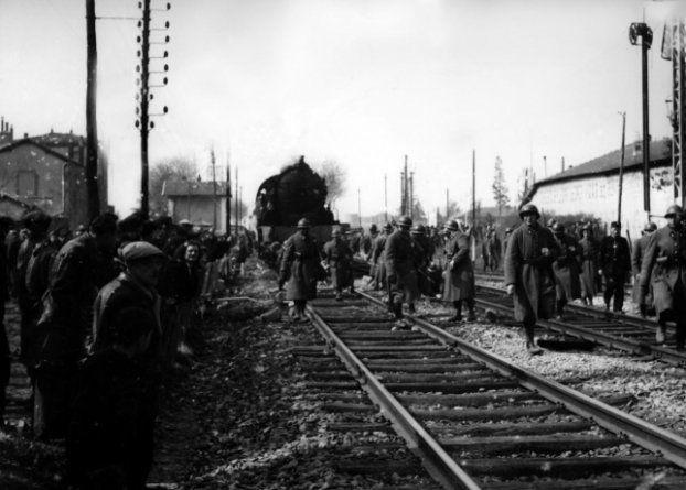 Le 10 mai 1943, à Romans-sur-Isère, des gendarmes français escortent un train d'ouvriers français en partance vers l'Allemagne qui roule au pas jusqu'au viaduc sur l'Isère, les autorités craignant un sabotage des voies ferrées