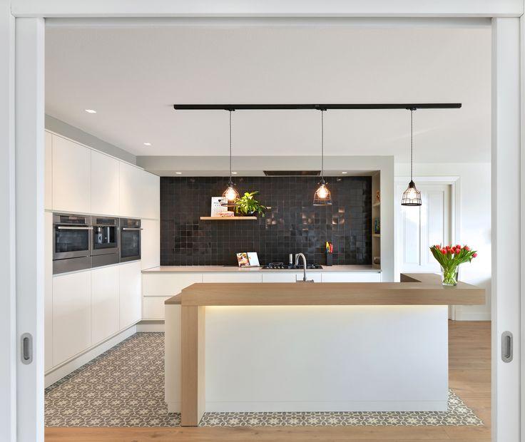 Witte, moderne keuken met retro vloertegel