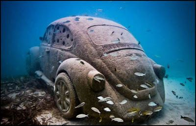 De Britse beeldhouwer Jason Caires-Taylor goot een Volkswagen Kever in beton en installeerde die op de zeebodem voor de kust van Mexico. De auto heeft compartimenten waarin kreeften en vissen beschutting kunnen zoeken en is de laatste toevoeging aan het onderwaterpark van de kunstenaar. Hij wijst ermee op de impact die de mens heeft gehad op de ecosystemen en het effect daarvan op toekomstige generaties. De VW Kever is in Mexico een icoon, de 'votcho' werd er tot 2003 ook nog gefabriceerd.