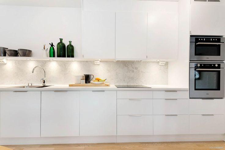 Kök från Ballingslöv med rostfria vitvaror och inslag av carraramarmor. LOCATION: Lägenhet i Tyresö