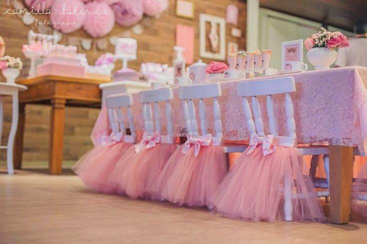 Cadeirinhas para as pequenas convidadas decoradas com saias tutu. Fofo demais!!!