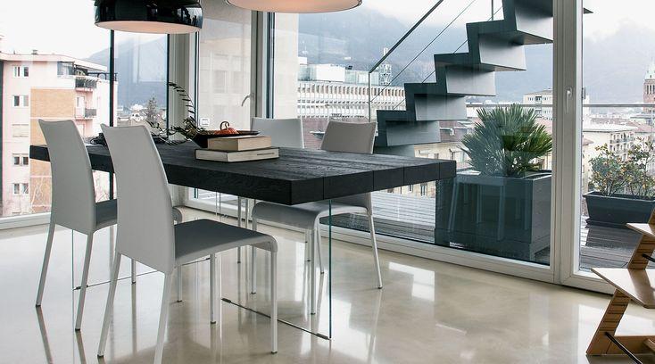 La mesa Air está compuesta por dos patas de cristal casi invisibles que sostienen el tablero de la mesa que parece estar suspendido en el vacío. El vidrio extraclaro templado da una sensación de gran ligereza. Lago en Mobles Urgell.