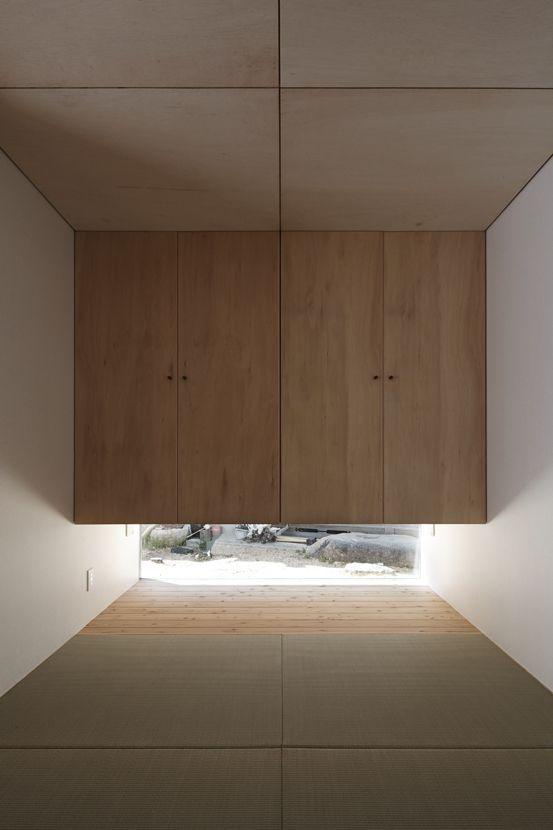 客間に明かり取りと布団の足を入れる場所を兼ねた下窓。視線をカットしながら和の雰囲気を醸し出す。上は布団を収納する押入れに活用。