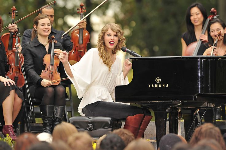 """Taylor Swift Photos Photos - Taylor Swift performs a surprise free concert for her fans in Central Park from her latest album, """"Speak Now."""" The country popstar allegedly was spotted spending the weekend with actor Jake Gylenhaal, sparking rumors of a possible romance between the two. - Taylor Swift Performs a Surprise Free Concert in Central Park"""