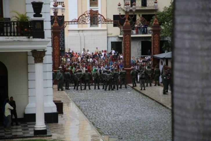 <p>Diputados del Parlamento venezolano, de mayoría opositora, lograron, este miércoles, salir de la sede del Legislativo, tras más de siete horas de asedio por parte de grupos chavistas que irrumpieron de manera violenta dejando al menos ocho legisladores opositores lesionados y algunos daños materiales.</p>