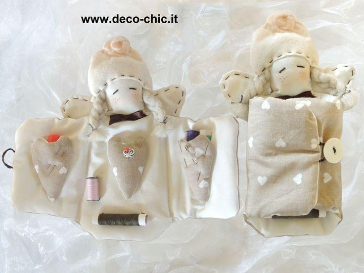 Angioletto porta cucito:   completo degli accessori per il cucito all'interno.   Simpatico, morbidissimo e REALIZZATO COMPLETAMENTE A MANO.  www.deco-chic.it
