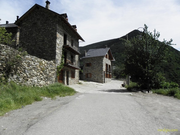 38 best casas rurales fachadas images on pinterest facades country cottages and large homes - Casa rural vall de boi ...
