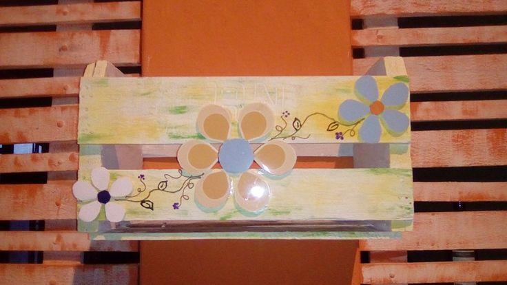 Transformei o caixote velho em uma lixeira utilizando tinta acrilica Acrilex, restos de azulejos e verniz.
