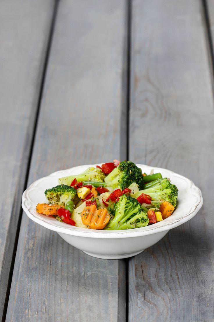 Verduras al vapor con salsa de aceite, ajo, albahaca y perejil picado.