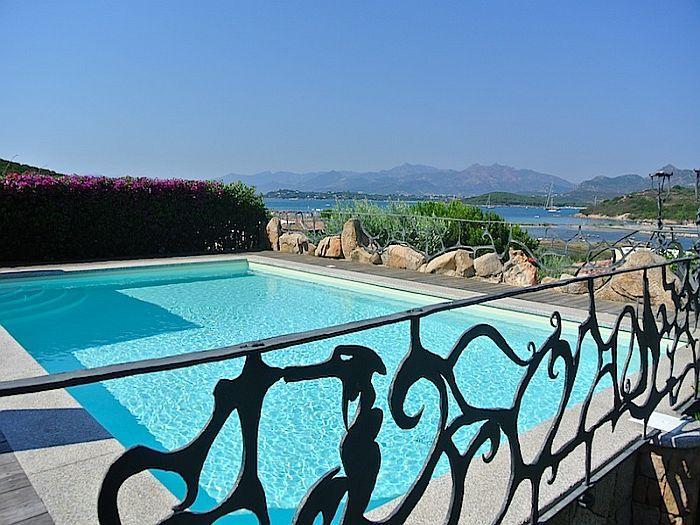 Villa esclusiva a San Teodoro, Sardegna. 5 camere, 4 bagni e piscina panoramica.