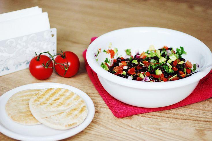 pita's met zwarte bonen salade en muntyoghurt