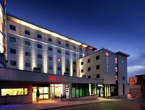 ibis Aberdeen Centre – Entertainment District Aberdeen With a 24-hour restaurant serving à la carte food and an all-you-can-eat breakfast in the morning, the ibis Aberdeen Centre – Entertainment District is situated in central Aberdeen.  It is 5 minutes' walk from the nearest bus station.