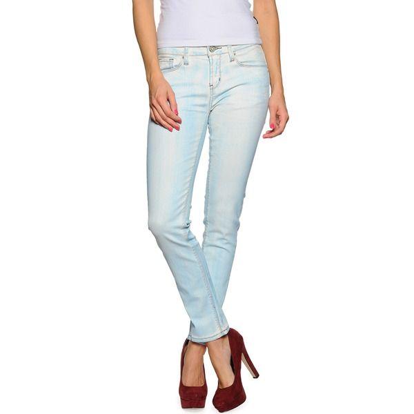 Hellblaue Jeans mit roten Pumps.