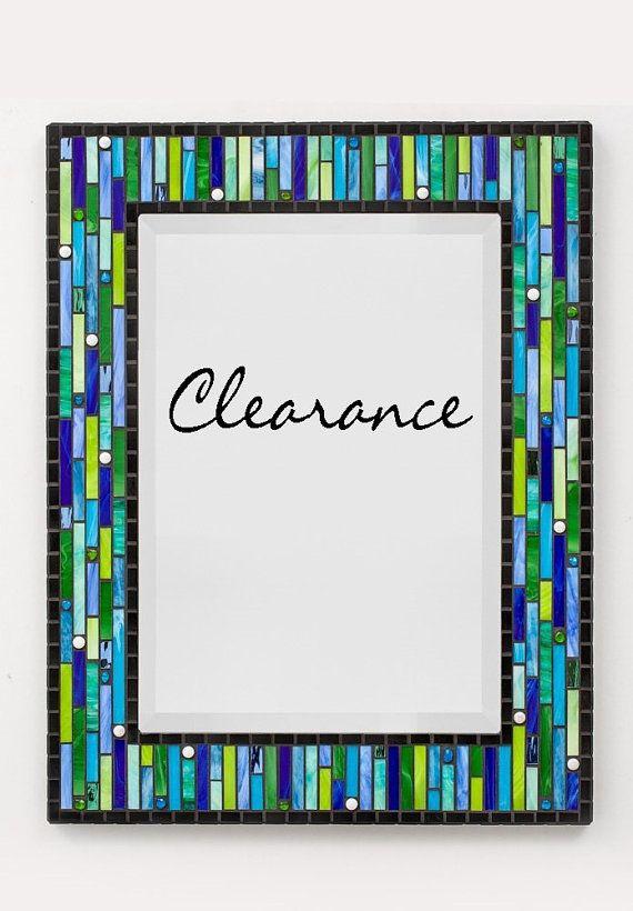 POINT DE DÉDOUANEMENT... Prix rég.: $429,00. Plus de 25 % hors... Maintenant seulement 321,00 $. DESCRIPTION ce miroir de mosaïque moderne mixte a été fabriqués à la main en utilisant une variété de matériaux y compris circulaire en forme de tuile en verre, vitrail et recyclé tuile en verre & cailloux. JEU de couleurs du cadre de ce miroir mosaïque dispose dune palette de couleurs vives dans une variété de nuances de verts et de bleus avec bords en mosaïque noires et sur les côtés. Une…