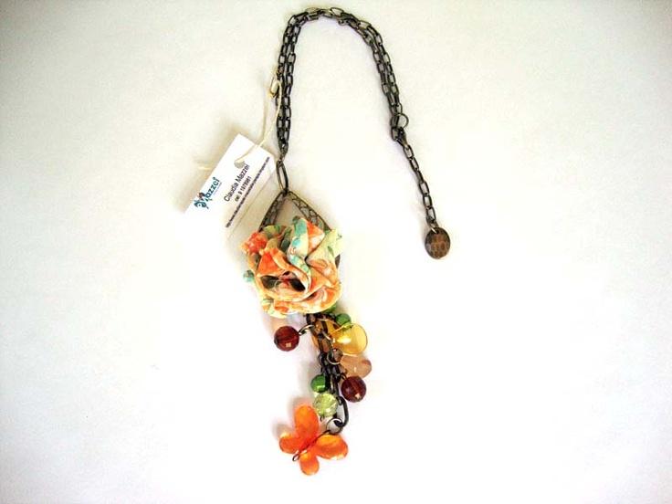 collar de flores y piedras