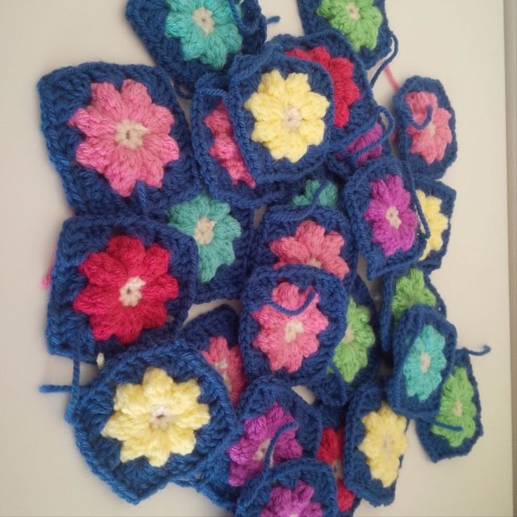 CROCHET GRANNY SQUARES, FLOWER CENTER.. STUNNING pack 15