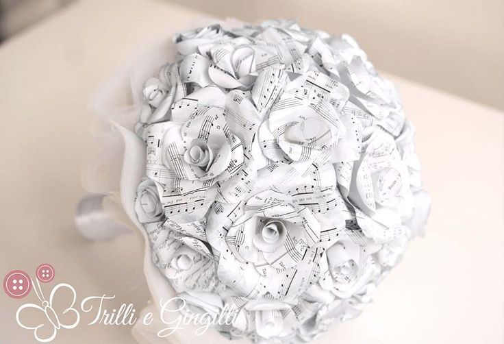 Bouquet di rose bianche di carta con spartiti musicali. Ideale per un matrimonio a tema musica! Paper bouquet for a wedding music themed.Scopri altri bouquet originali: http://www.trilliegingilli.com