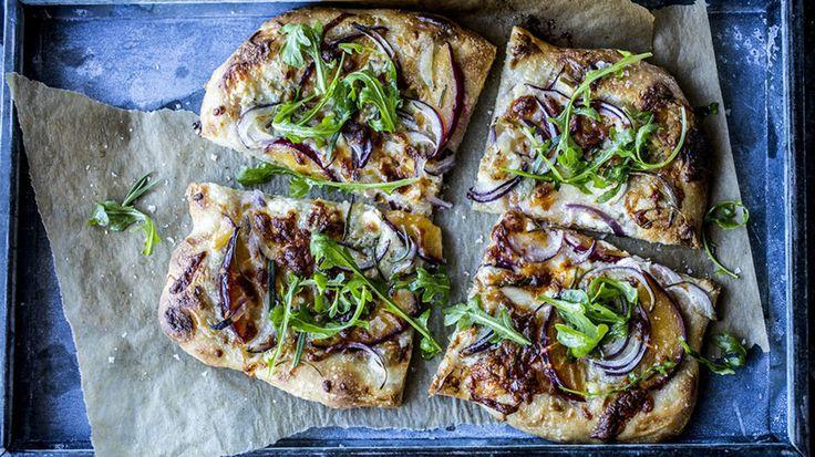 En deilig hjemmelaget focaccia toppet med gorgonzola, plommer og honning. En lekker sommerrett med masse god smak.