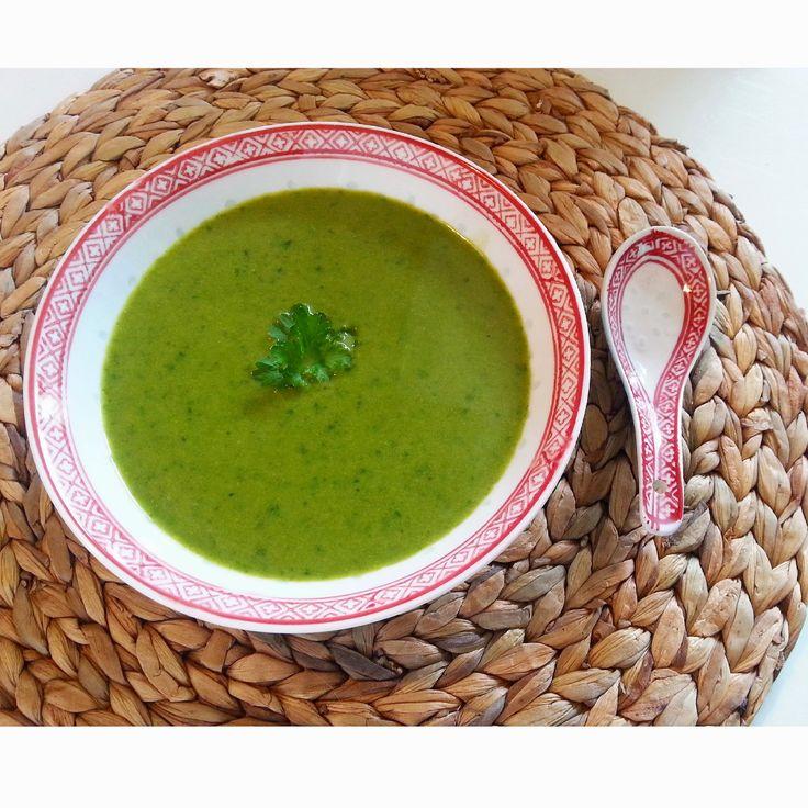 Broccoli spinazie soep broccoli, normale grootte 2-3 handen gehakte verse bladspinazie 1 sjalotje, gesnipperd 4 tenen knoflook, fijn gehakt 2 tl kurkuma 3 tl gemalen koriander 1 tl gemalen gember 1 liter water 2 groentebouillon blokjes 100 ml kokosmelk Peper en zeezout naar smaak 1,5 EL kokosolie
