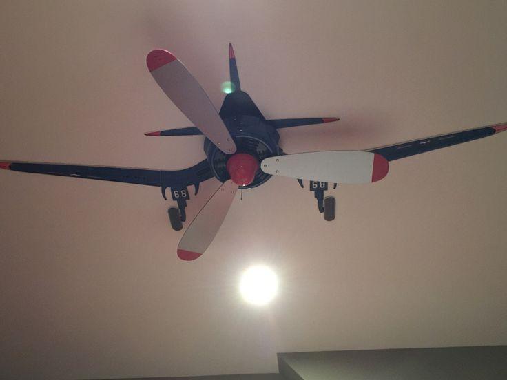 Ventilateur de plafond maquillé en avion à hélices