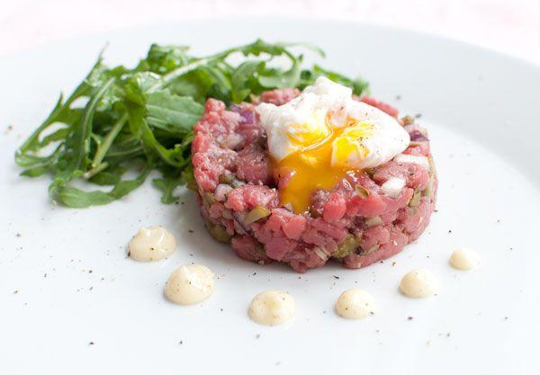 Steak tartaar met truffel en kwartelei; een gerechtje met veel smaak. Lekker als lichte lunch of als voorgerecht bij een uitgebreid diner.