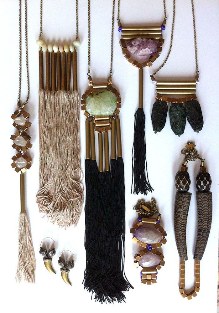 elementos orgánicos, hilos, piedras