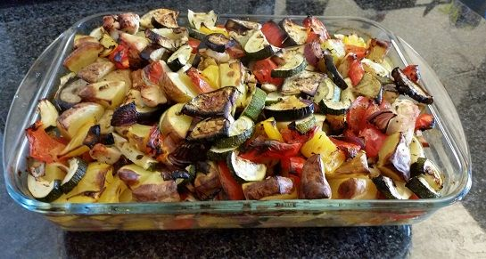 Du benötigst: – 1 Aubergine – 2 Zucchini – 1 rote Peperoni (in DE = Paprika) – 1 gelbe Peperoni (in DE = Paprika) – 2 rote Zwiebeln – 500g festkochende Kartoffel…