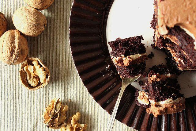 Ciasto z wykorzystaniem najszej ulubionej bazy: nie jest suche jak klasyczny biszkopt i bardzo dobrze trzyma masy. Dzisiaj proponujemy kolejne ciasto tym razem przekładane masami. To ciasto jest bardzo mocno orzechowe. Prócz ciasta czekoladowego składa się z masy pralinowej oraz orzechowej. Jak to zwykle bywa z czekoladą robi ogromne wrażenie, Jednak zdecydowanie trzeba je jeść …
