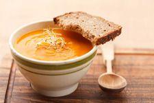 Zupa krem z marchewki Składniki: pieprz marchewka: 6-7 sztuk bulion: 3/4 litra cebula: 1 mielony imbir śmietanka kremówka: 5-6 łyżek olej sól kurkuma ziemniaki: 2 średnie