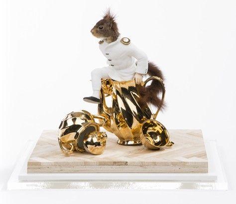 """""""Le cheval de Troie""""   Taxidermie eekhoorn, kunsthars, verguld porselein, parket, in plexiglazen kast  foto: Bureau Strictua    Galerie Wilms"""