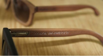 The personalisation phase starts with the logo and custom engraving of your choice on the temples of the wooden sunglasses.