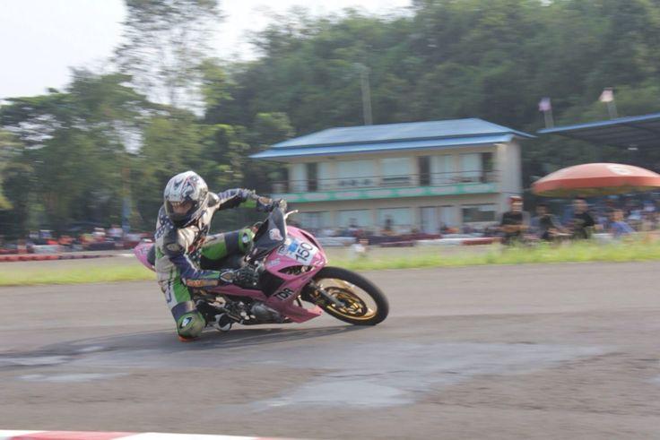 Gerry Motor in action at Sentul Circuit Indonesia... #ahmadsaugi #yamaha #lc135 #pinkyamaha