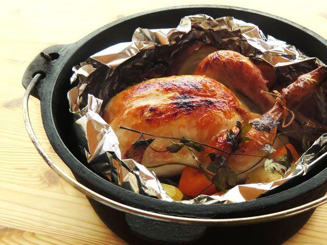 ダッチオーブンで焼く、丸鶏のローストチキン(鶏の丸焼き)のレシピを画像で追いながら詳しく掲載。 作り方は意外にも簡単、野菜をお腹に詰めればスタッフドチキンに。アウトドアだけでなく自宅でも作れる、ダッチオーブンを使った丸鶏のローストチキンです。