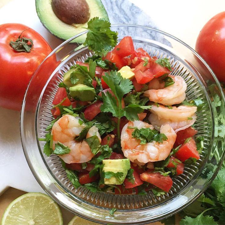 мега-вкусный ужин (или перекус). Севиче из креветок🍤На порцию надо 7-10 крупных отварных охлажденных креветок (варим минуту, пока не порозовеют), 1 помидор, половина среднего авокадо, горсть кинзы, сок одного лайма, острый соус 1-2 ч ложки (Cholula, Tabasco). Помидоры режем мелко, кинзу довольно крупно, мешаем с креветками, заливаем острым соусом и соком лайма, хорошенько перемешиваем и даем час-другой постоять в холодильнике.