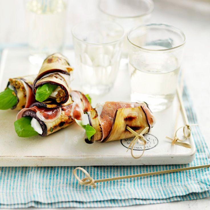 1 Snijd de aubergines in de lengte in plakjes van 5 mm dik; haal de schil van de buitenste plakjes zodat het vruchtvlees aan beide kanten zichtbaar is. Bestrijk ze met de olijfolie. 2 Gril de plakjes aubergine 3 minuten per...