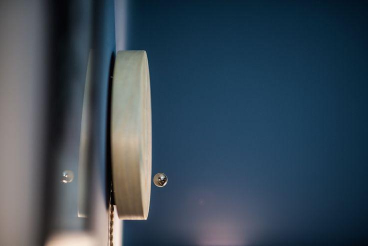 Une horloge magnétique et minimaliste pour décorer votre salon