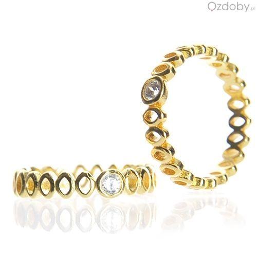 Złoty pierścionek wysadzany srebrnymi diamencikami