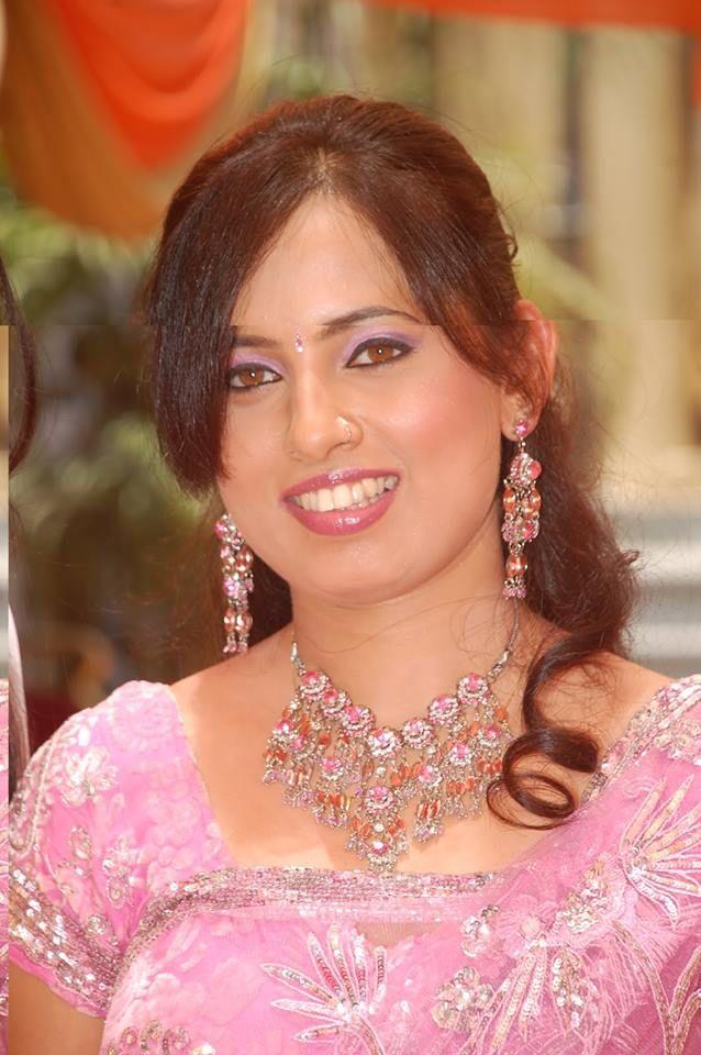 Indian Bhabhi in Pink Saree looking beautiful. http://bit.ly/desibhabhi