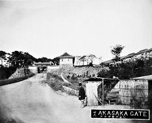 写真:明治4年の赤坂門。明治初期に取り壊された=日本カメラ博物館所蔵